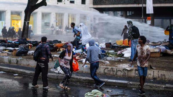 """Migranti, il piano del governo: casa e lavoro ai profughi, """"ma devono rispettare leggi e valori"""""""