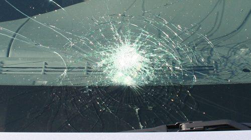 Posto auto conteso, uomo distrugge auto