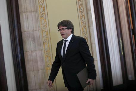 """Catalogna, Puigdemont proclama e firma l'indipendenza ma la sospende: """"Ora il dialogo"""""""