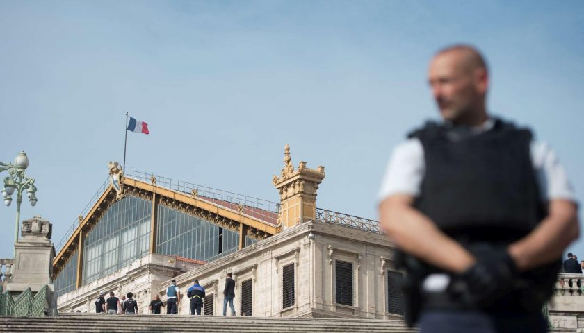 Francia, accoltella a morte due passanti a Marsiglia: ucciso | Isis ha rivendicato