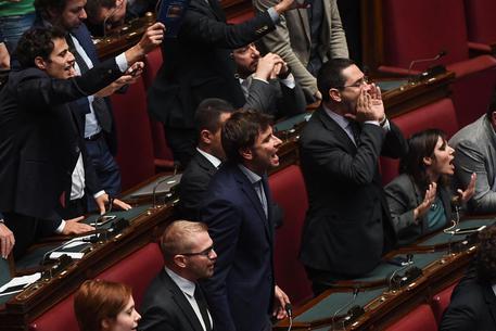 Legge elettorale, Governo pone fiducia su Rosatellum. Caos Aula e piazza