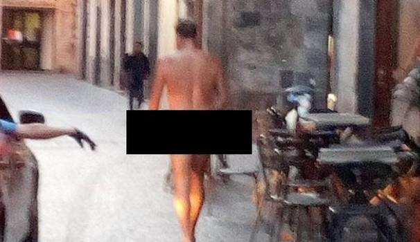 Vaga nudo per le strade di Eboli, fermato dai vigili