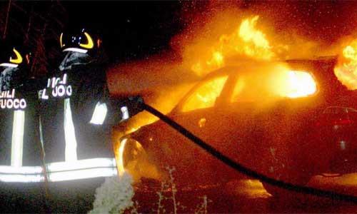 Incidente tra due auto, una prende fuoco