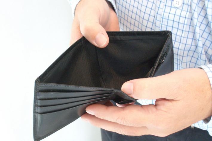 taglia 40 5b468 239d7 Prima ruba e poi finge di aver ritrovato un portafoglio