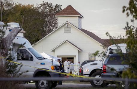 Texas, spari durante la messa in una chiesa: 26 morti