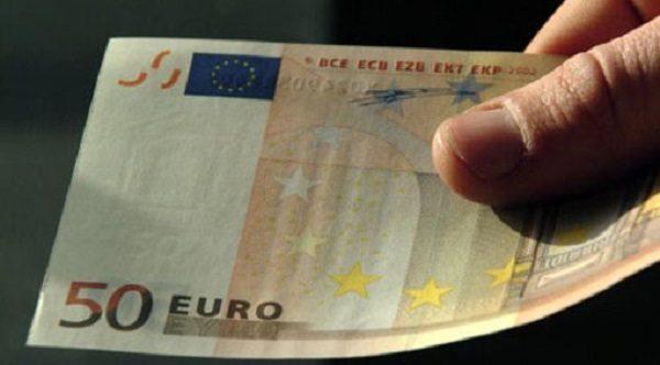 Coppietta fa shopping con banconote false