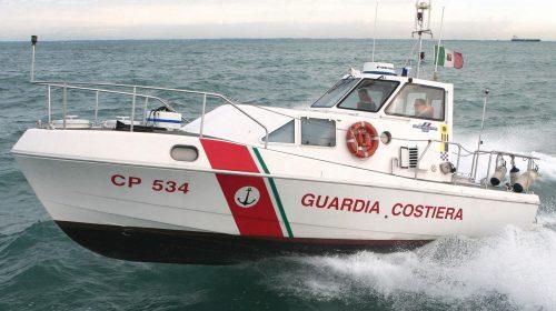 Canoista in mare spinto dal vento salvato dalla Guardia Costiera a Conca dei Marini