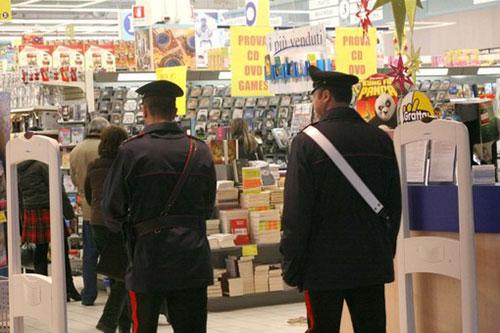 La banda del buco colpisce il supermercato di Pontecagnano, portata via numerosa merce