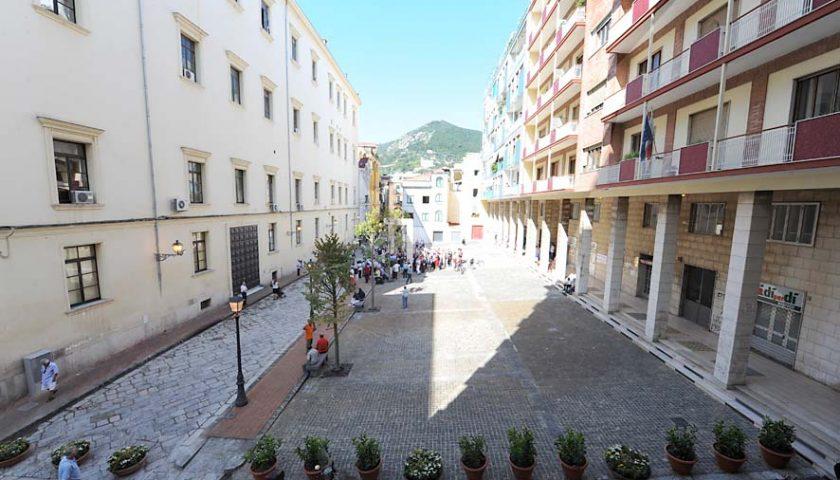 Salerno, somministrava alcolici ai giovani dopo l'orario previsto: chiuso locale in piazza Sant'Agostino. Multati gli avventori