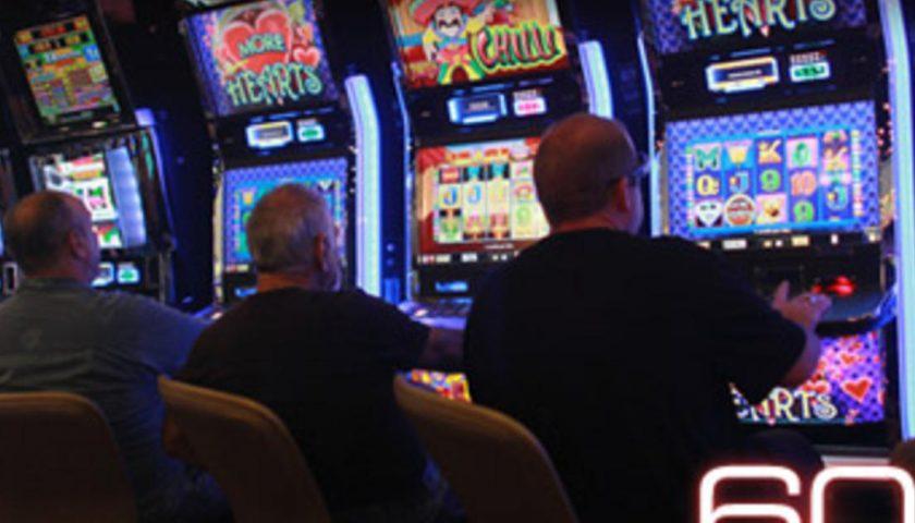Slot machine con il trucco, giocatore denuncia dopo aver perso molti soldi: 3 imprenditori alla sbarra