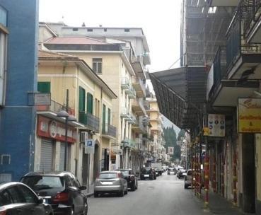 Semina il panico su corso Diaz a Mercato San Severino, straniero fermato e trasferito in ospedale