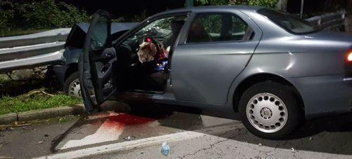 Rumeno ubriaco al volante si schianta contro il guardrail: ferito e denunciato