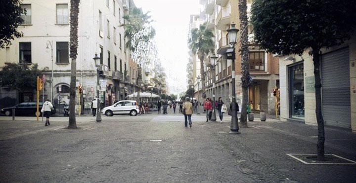 Ruba abbigliamento dai negozi Ovs di corso Vittorio Emanuele a Salerno: arrestato georgiano
