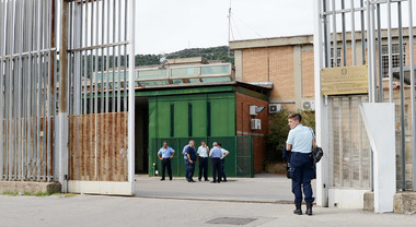 Tenta l'evasione dal carcere, inseguito e acciuffato dagli agenti della penitenziaria di Fuorni