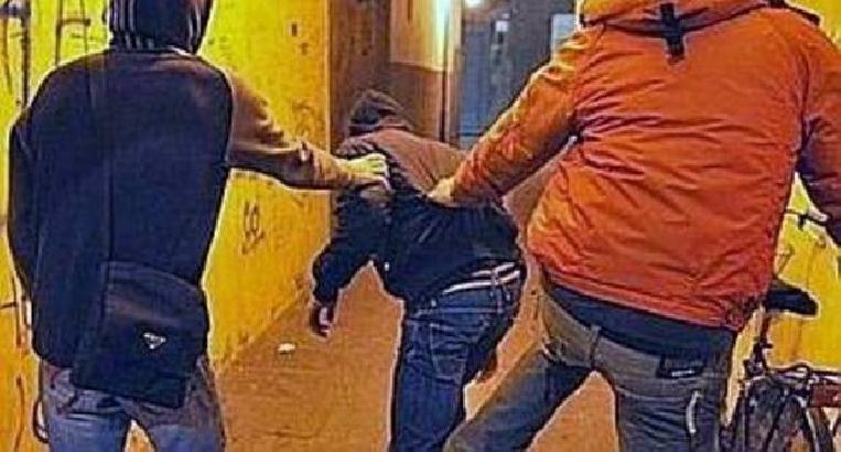 Impugna pistola giocattolo, aggredito e picchiato straniero a Scafati