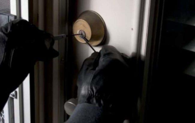 Tentano furto alla scuola Marrazzo di Nocera Inferiore, ladri in fuga