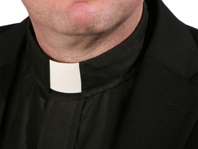 La festa religiosa blocca il traffico, il residente aggredisce il parroco