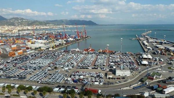 Dramma sfiorato al Porto di Salerno, si capovolge carrello