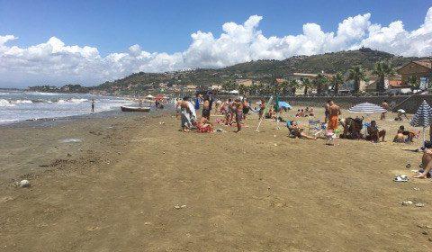 Ieri giornata di sole e mare, ma alcune spiagge sono state chiuse in via preventiva.