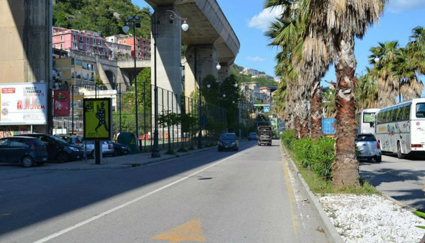 Salerno – incidente in via Ligea a causa di una grossa macchia d'olio