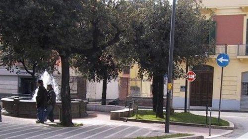 Picchia la moglie in piazza a Fratte, arrestato 33enne
