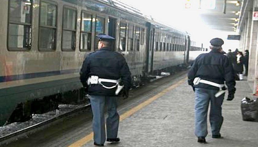 Ruba portafoglio a viaggiatore su un treno e poi utilizza la carta di credito: 42enne arrestato in stazione a Salerno