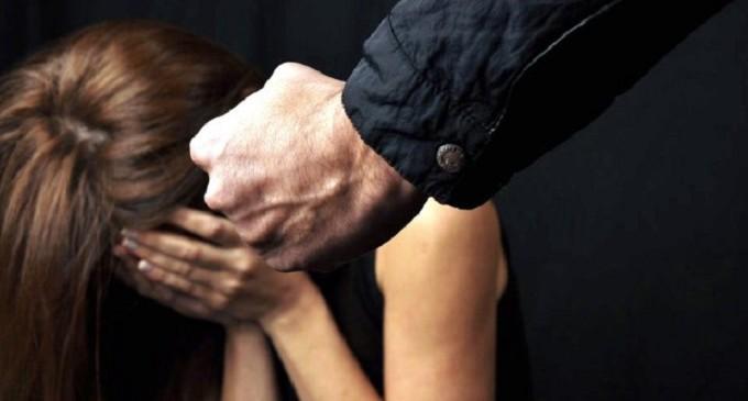 Prova a baciare la sua ex, lei rifiuta e lui la colpisce con un pugno