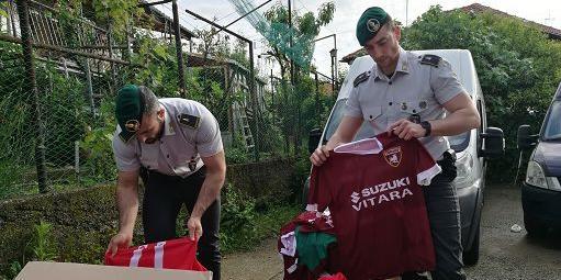 Maglie dei mondiali contraffatte: maxi sequestro anche a Salerno