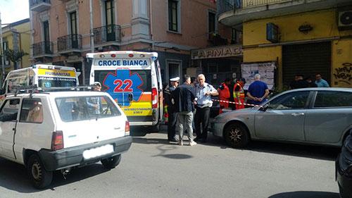 Tentano furto in un negozio e spaccano la testa a commerciante in pieno centro a Salerno