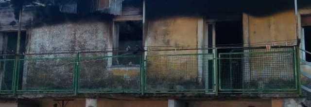 Prefabbricato distrutto dalle fiamme, evacuata una famiglia a Montesano