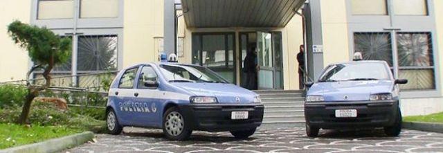 Bomba carta al commissariato: caccia a due giovani sulla moto
