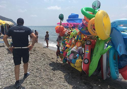 Camerota: blitz dei vigili contro gli ambulanti in spiaggia