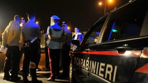 Campagna, lite in piazza: 53enne accoltellato alle gambe
