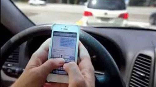 Svolta sul telefonino: 'via la patente se lo usi in auto'