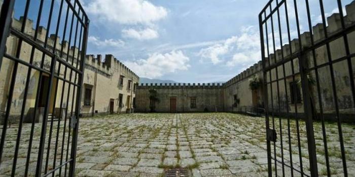 Nocera Inferiore: cade dal muro del castello Fienga, ragazza in coma