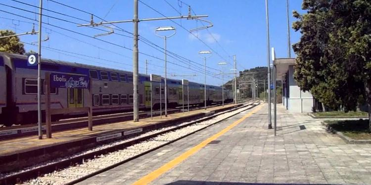 Il treno arriva ma non fa salire i viaggiatori: caos a Eboli
