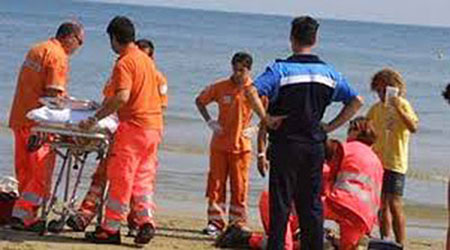Tragedia sul litorale di Battipaglia, uomo muore mentre nuota in mare: bagnanti sotto choc