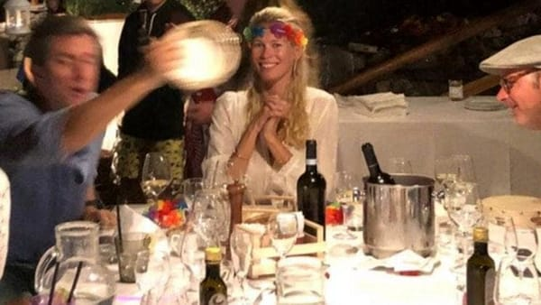 Cilento da vip, Claudia Schiffer festeggia il compleanno a Palinuro