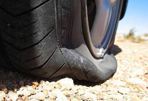 Battipaglia: forati gli pneumatici di cinque veicoli parcheggiati