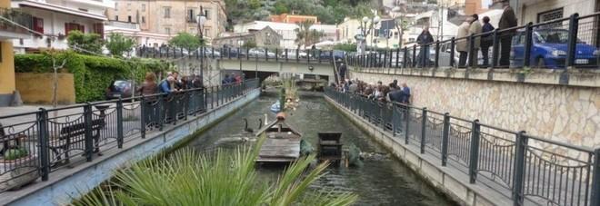 Non vuole pagare la birra al market e fugge lanciandosi nel fiume Sarno