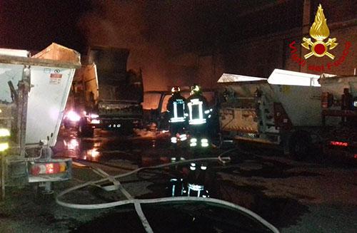 Castel San Giorgio: vasto incendio distrugge deposito