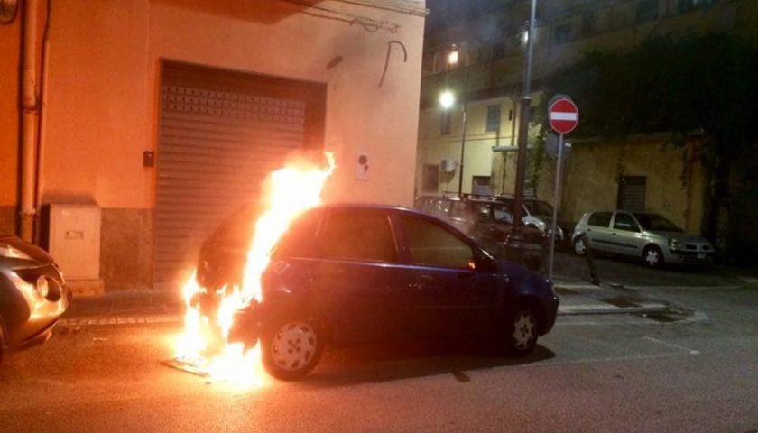 Auto in fiamme a Pontecagnano, indagini in corso