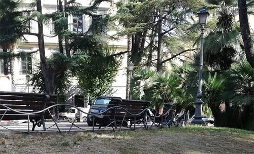 Auto parcheggiata in piazza San Francesco, la foto diventa virale