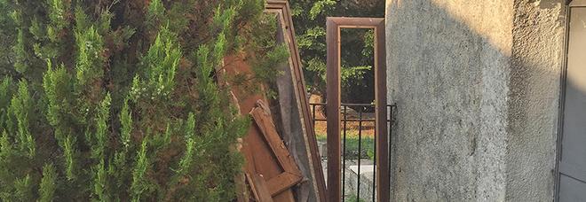 Degrado cimitero Buonabitacolo: una bara abbandonata tra i viali