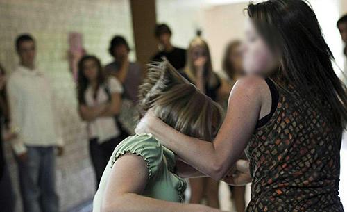 Salerno: 14enne baby 'bulla' semina il terrore nel centro storico