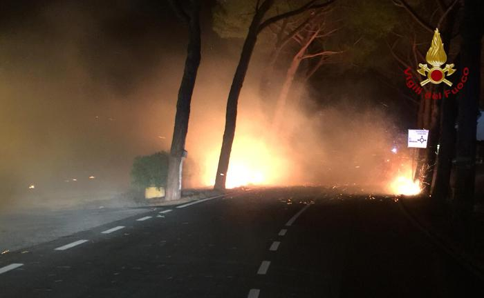 Pisa: vasto incendio, 500 sfollati, 600 gli ettari bruciati