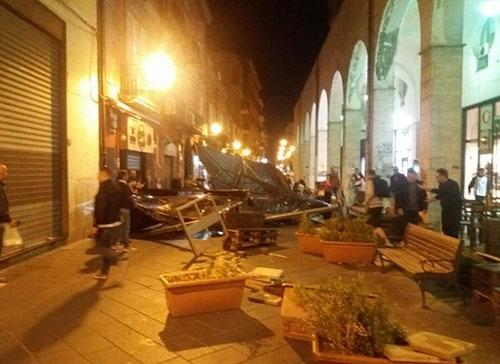 Nocera inferiore: vento forte, volano via ombrelloni, sedie e tavolini