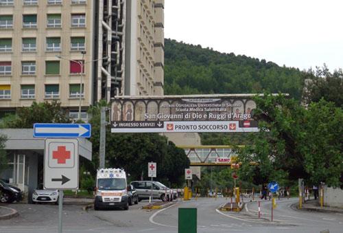 Botte ad infermieri e medici del Ruggi, i vertici dell'ospedale dal prefetto: più vigilanza nella struttura sanitaria