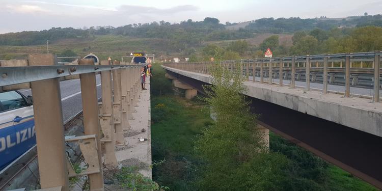 Si gettano da un ponte tra Contursi e Campagna: gravemente feriti