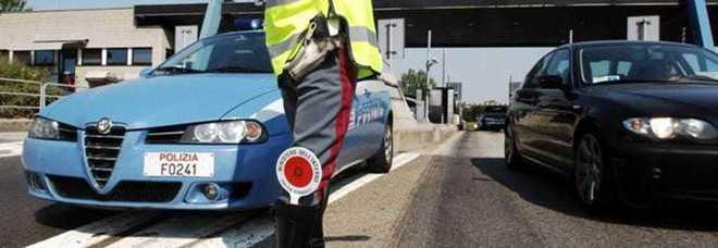 A folle velocità senza polizza: bloccato sull'A3, picchia gli agenti